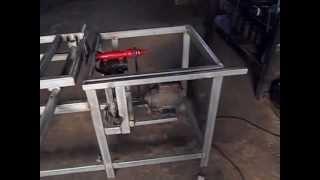 fabricando uma esquadrejadeira na oficin...