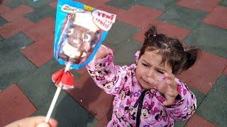 Yaramaz Ayşe Ebrar Parkta Ozmo Çikolatalı Şekeri Aldı Kaçtı. Elinden Ozmo Çikolata Alınınca Ağladı.