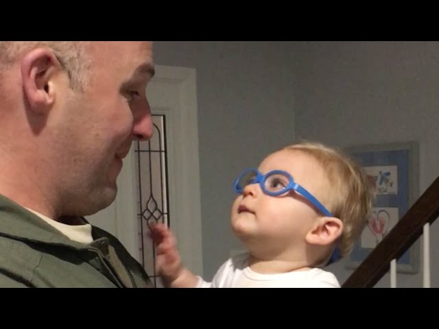 Así fue el momento en el que este bebé vio a su padre por primera vez con sus recién estrenadas gafas