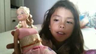 Maria Jose nos cuenta dos cuentos jugando con las barbies