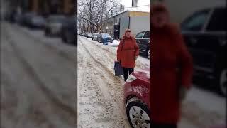 Женщина в петербургском дворе отказывается уступить дорогу автомобилям