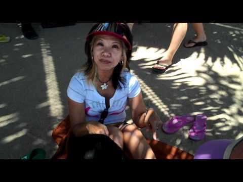 2010.10.01 Bali - Luna gets a pedicure on the beach