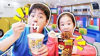 키즈카페에서 뽀로로 짜장라면 먹어봐요 Pororo Black Noodle with Kids Cafe - 마슈토이 Mashu ToysReview