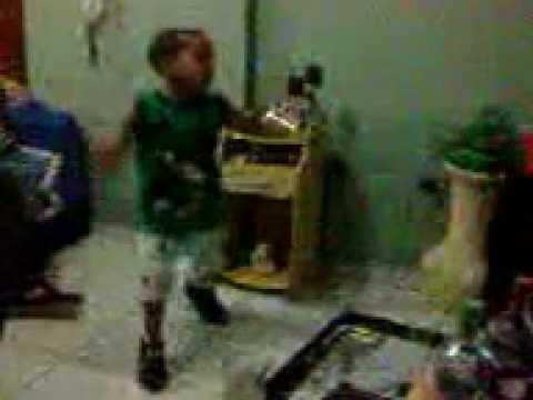 Vinicius dançando e cantando - GLAMOUROSA - MC MARCINHO