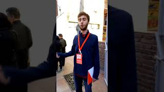 El interventor de ciudadanos hace de portero en colegio electoral
