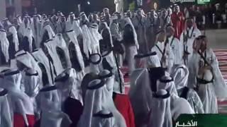 الملك سلمان يشارك في أداء العرضة في حفل ملك البحرين بمناسبة زيارته للمنامة