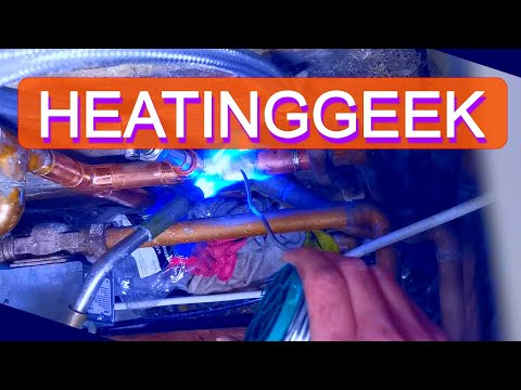Heating System Leak. Water Leak From 22mm Pipe. How To Fix A Leaking Pipe. Soldering Pipe.