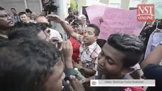Guan Eng arrives at Court to rowdy protestors, supporters