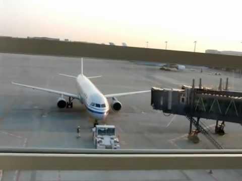 朝のCA184便(北京行き)が106搭乗ゲートに来ました・・・牽引車で