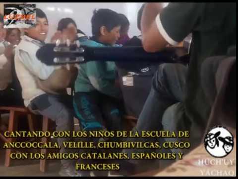 UN CATALÁN CANTA CON NIÑOS CHUMBIVILCANOS