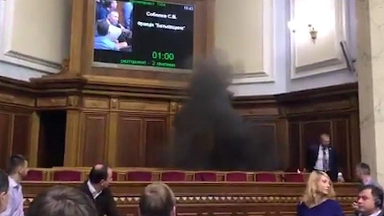 В зал Верховной Рады бросили дымовую шашку