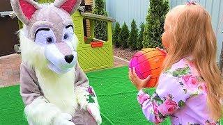 Алиса и ее СОБАКА Хаски играют дома ! Мими Лисса канал