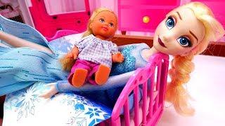 Эльза укладывает Штеффи спать. Видео с куклами для девочек.