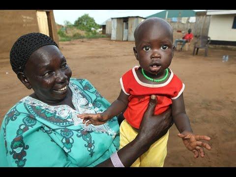 Poznajcie Rebekę - kobietę, która przyjmuje ok. 50 porodów dziennie [Kobieta na krańcu świata]: Oglądaj w player.pl: http://player.pl/programy-online/kobieta-na-krancu-swiata-odcinki,87/odcinek-8,nowe-zycie,S05E08,23379.html?atpl#play  Sudan Południowy to najmłodsze państwo świata, które powstało zaledwie 2 lata temu. Choć powoli rodzi się tam demokracja, nadal życie zwykłych ludzi jest nieustanną walką o byt. Historia Rebeki – kolejnej bohaterki programu - łączy się z historią tego miejsca. Dziś Rebeka obserwuje narodziny dzieci Sudanu, ale widziała też krwawe narodziny tego kraju. Brała czynny udział w walkach, maszerowała z rebeliantami, nosiła wodę i do dziś mówi o sobie, że jest żołnierzem. Teraz Rebeka pracuje jako położna w Juba Teaching Hospital i odbiera 40, nawet 50 porodów dziennie. Sama urodziła 8 dzieci. Położną jest z zamiłowania i pracuje od świtu do nocy, bo w Sudanie Południowym sytuacja szpitali jest tragiczna. Wykwalifikowanych położnych w całym kraju jest zaledwie 150. Rebeka cieszy się jednak z tego co ma i mówi, że praca i szczęście jej dzieci jest wszystkim za co dziękuje Bogu.