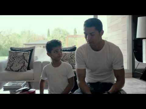 Сын Криштиану Роналду  пытается выговорить имя своего отца.
