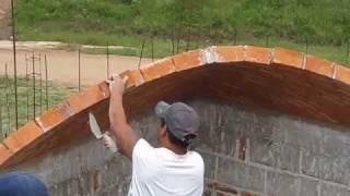 Increíble albañil construyendo bóvedas de ladrillo, fuertes y hermosas, verdaderas obras de arte.
