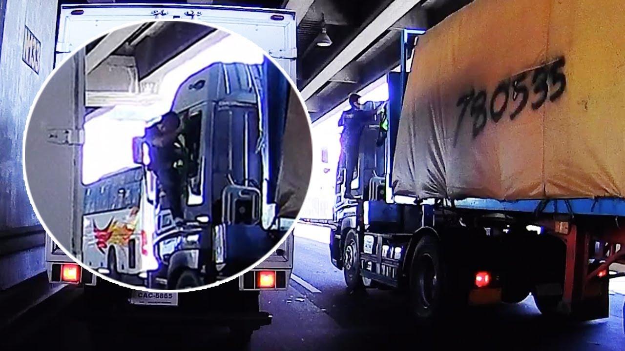 מטורף: באמצע נסיעה מהירה נהג משאית הענק קפץ מהחלון כדי ללבוש את האפוד