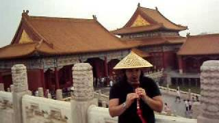 """Lester Paredes Playing  """"Hu Lu Si""""  de China en la ciudad Prohibida - Beijing (Pekin) - China 2011"""