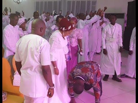 Bidemi Olaoba Prostrates To Tope Alabi During His MindBlowing Performance At Imisioluwa Church