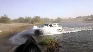ilegales crusando el rio bravo