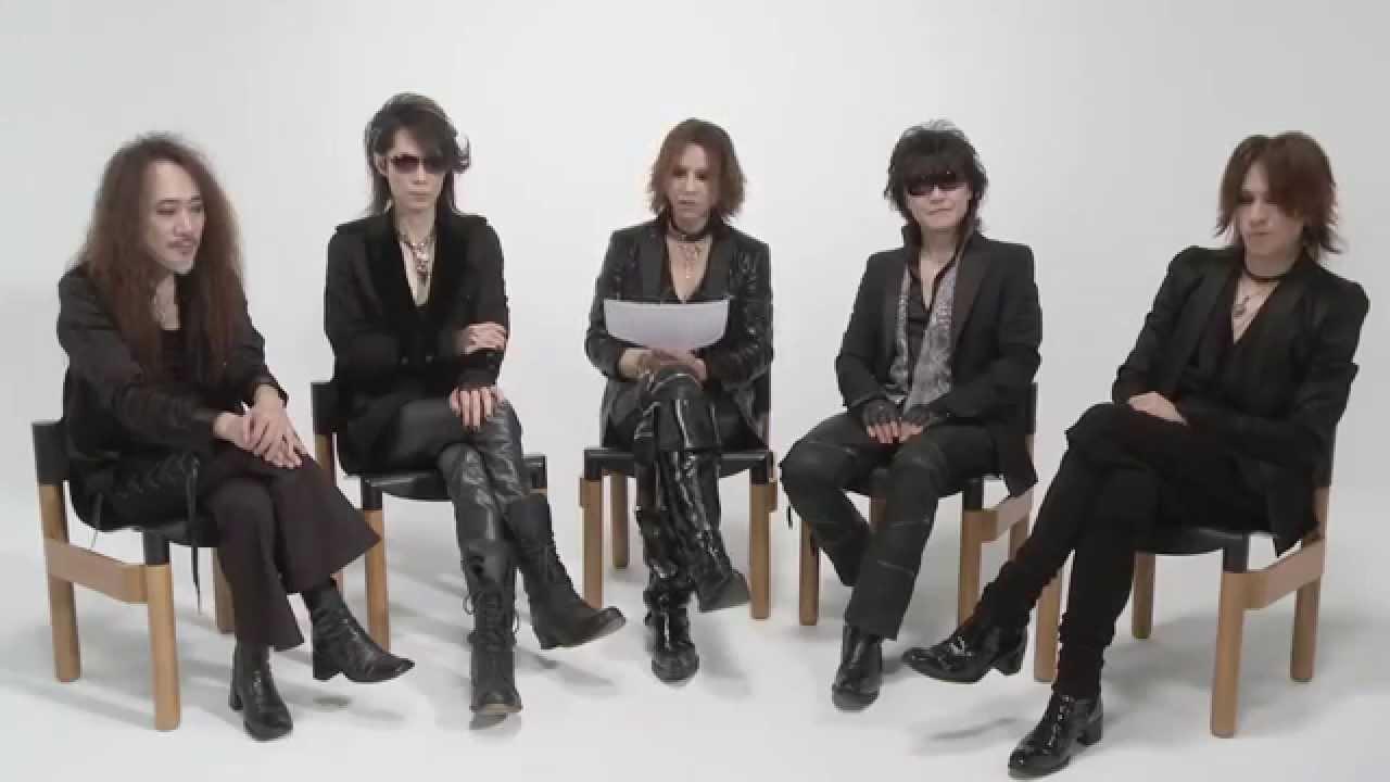 再結成後の椅子に座っているメンバー5人のX JAPANの画像