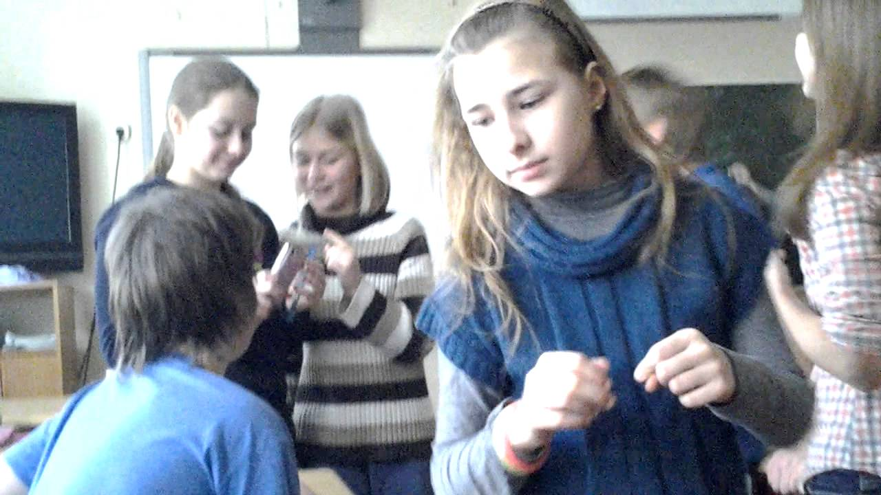Пацан пристает к девченке в школе фото 403-928
