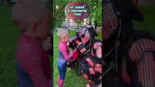 Человек паук снял маску и Хищники света повторили за ним