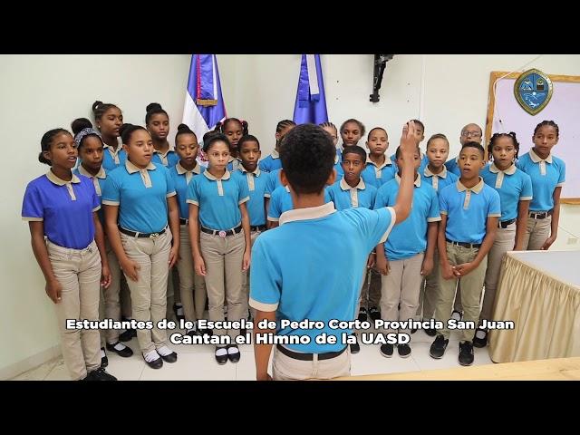 Estudiantes de le Escuela de Pedro Corto Provincia San Juan cantan himno de la UASD