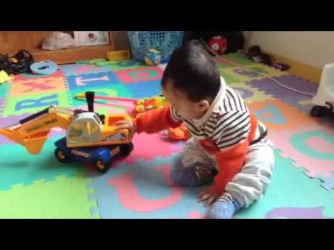 Kunkun 7 tháng 18 ngày chơi máy xúc và ô tô