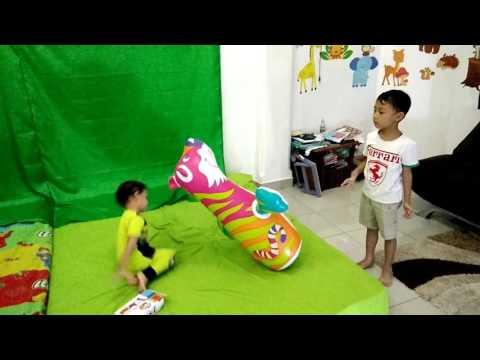 Main Boneka Nggak Bisa Jatuh. Anak Main Sansak Tinju Boneka Singa.