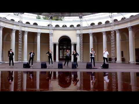 Акапельный музыкальный перформанс группы Rain Drops в Зеленом театре на ВДНХ