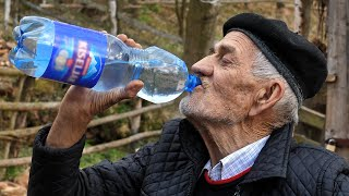 FENOMENI: Dnevno pije deset litara vode
