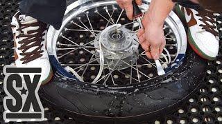 Ручной Шиномонтаж Мото Колеса Каферейсер(В видео показана установка резины 120/70 на спицованное колесо 17'' с камерой. Это самодельное колесо для нашего..., 2016-02-24T10:01:33.000Z)