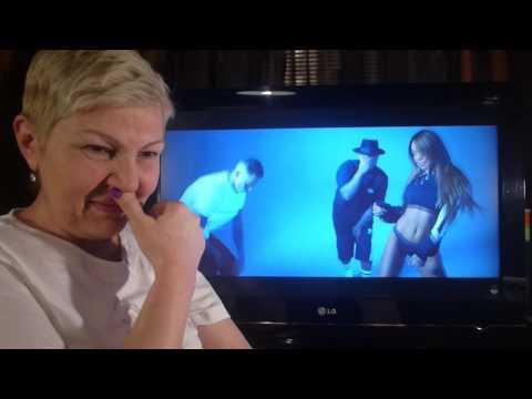 Мама смотрит видео