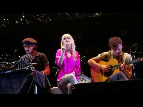 PARAMORE - 26 LIVE (hayley cries mid song)