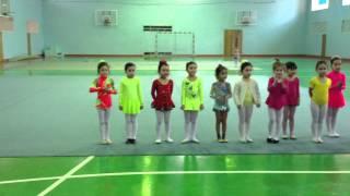 Бекмурза Инкара читает стихотворение на 8 марта на гимнастике