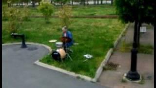 Вирендра играет на барабанах
