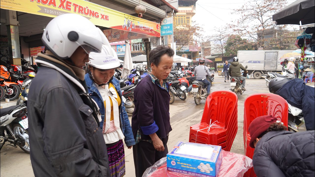 Mua đồ cho A Chú , A Sùng - Tình cờ gặp  A Sùng đi bộ hơn 20km ra chợ huyện với đôi dép khâu tứ tung