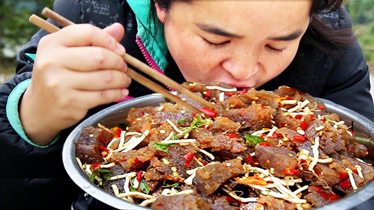 苗大姐自制魔芋,剁辣椒简单一拌,米饭嗦嗦吃过瘾!脸又圆了一圈【苗阿朵美食】