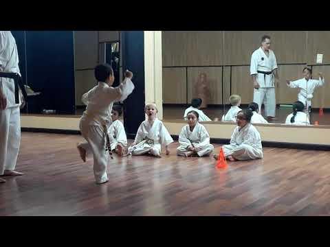 穣一郎さん、空手教室でバランスと型を学びます!