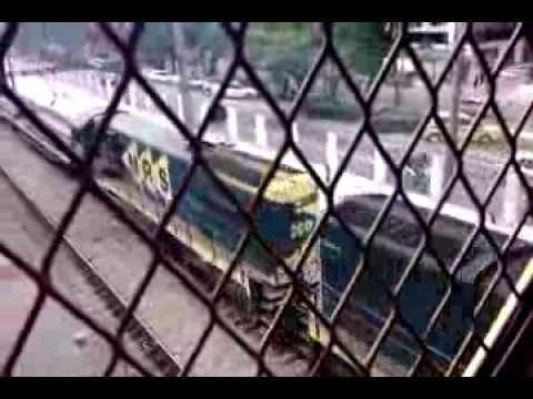 trem de carga da MRS passando pela estação Del Castilho - 23-DEZ-2013