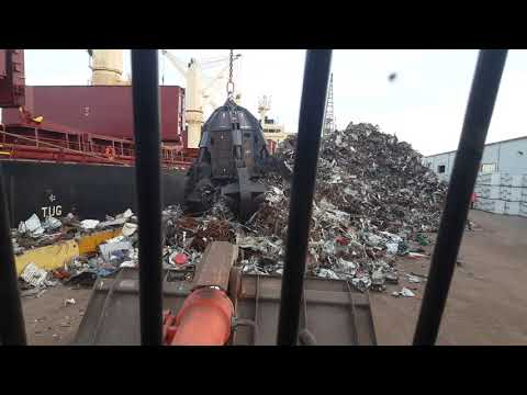 Załadunek statku złomem  /  loading the ship with scrap metal