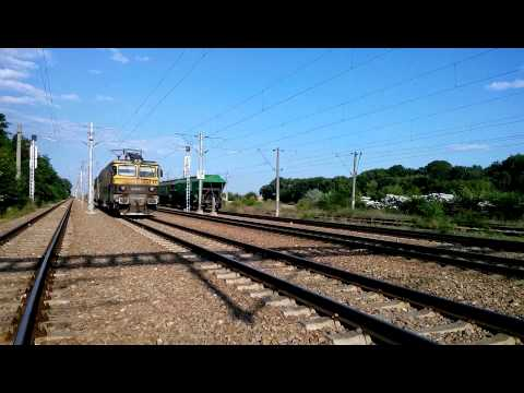 HD. Electric locomotives passing - beautiful horns