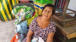 Cụ bà 70 tuổi đêm đi lượm ve chai, ngày ngủ dưới hiên nhà người lạ
