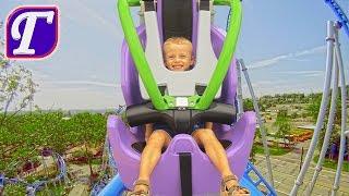 Макс Первый Раз Катается на Большой Быстрой Американской Горке в Six Flags Играет Парк Аттракционов