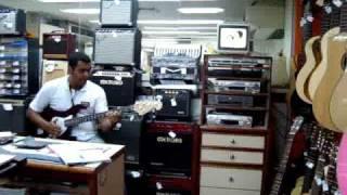 Kika Colorida toca baixo Giannini série Sonic com amplificador Meteoro FWB50.MPG