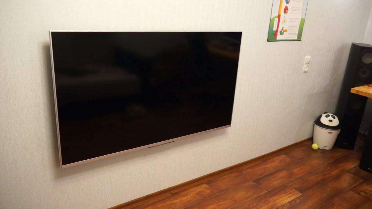 Кронштейны для телевизоров. Современные телевизоры можно устанавливать не только на тумбу, но и вешать на стену — такой вариант расположения техники позволяет значительно сэкономить пространство. Для этого на задней панели предусмотрены монтажные отверстия для кронштейна.