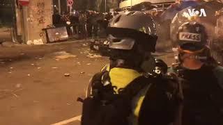 香港警察武力驱逐撤离后又返回的示威者