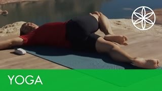 Energize in the A.M.! Quick Yoga Twist Sequence How-To | Yoga | Gaiam