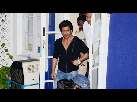 OMG! SRK gets MOBBED by fans while shooting!